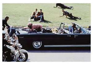 """El capitán Lawrence, funcionario de la policía de Dallas, declaró como testigo que las escoltas motorizadas que debían posicionarse a los lados del automóvil de Kennedy fueron redesplegadas detrás del vehículo por orden de Winston Lawson el """"explorador"""" del Servicio Secreto encargado de controlar –desde el auto que encabezaba la caravana presidencial– los canales de radio de su agencia activados en dicho convoy. Aquel cambio en el emplazamiento de la escolta motorizada dejó al presidente más expuesto a un posible fuego cruzado."""