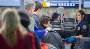 Funcionarios de la Administración de Seguridad del Transporte no pudieron impedir que agentes encubiertos que llevan explosivos falsos o armas prohibidas las pasaran a través de la seguridad del aeropuerto durante 67 de las 70 pruebas, alega un nuevo informe.