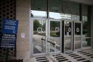 Hasta 21 millones de archivos individuales fueron robados en junio, cuando los hackers irrumpieron en el sistema informático de la Oficina de Administración de Personal (OPM). Parte del trabajo de la OPM  La entrada al edificio federal Theodore Roosevelt que alberga la Oficina de Administración de Personal de la sede  (Photo by Mark Wilson/Getty Images)