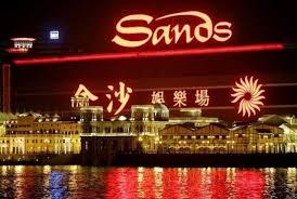 Funcionarios en China piensan que las agencias de espionaje de Estados Unidos están utilizando los casinos en Macao para atrapar a empleados del gobierno chino, según un informe elaborado en nombre de una cadena de casinos de propiedad estadounidense en la ex colonia portuguesa. El informe fue elaborado por un investigador privado y fue comisionado por Sands China, la rama de Macao de una empresa de casino propiedad de Sheldon Adelson, un magnate del juego de origen estadounidense.