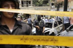 Personal de seguridad egipcio monta la guardia después de un atentado con bomba en contra del  general de acusador egipcio, Hisham Barakat, quien murió en el lugar en el distrito Heliopolis de El Cairo, FOTO LPG/AP