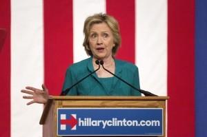 """Miami, 31 jul (EFEUSA).- La precandidata demócrata a la Presidencia Hillary Clinton hizo hoy desde Miami un llamado al Congreso federal para que acabe con el embargo a Cuba """"para siempre"""", pues esta medida, subrayó, ayuda a mantener a la isla aislada. La precandidata demócrata a la Presidencia de EE.UU. Hillary Clinton pronuncia un discurso durante un acto de campaña en Miami, Florida, Estados Unidos, hoy, viernes 31 de julio de 2015. EFE"""