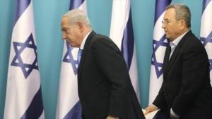 """El premier israelí exigió el fin de las """"declaraciones irresponsables"""" del exministro israelí de asuntos militares Ehud Barak, quien reveló los frustrados planes de Israel para atacar a Irán. Foto: El primer ministro israelí Benyamin Netanyahu (izda), y el exministro israelí de asuntos militares Ehud Barak."""