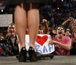 Cuando Sarah Palin se presentó como la candidata a la vicepresidencia del Partido Republicano en 2008, se enfrentó a la fascinación similar con sus miradas y las fotos que se centraron en sus piernas. Foto: Cortesía de ASOCIATED PRESS