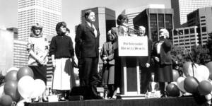 Cuando el demócrata Pat Schroeder exploró una carrera a la presidencia en 1987, se encontró con un montón de gente que estaba emocionado de que ella podría convertirse en la primera mujer en la Oficina Oval. 9/1987; Rodeada de familiares, Pat Schroeder anuncia que no va a entrar en la carrera por la nominación demócrata a la presidencia .; (Foto por Damian Strohmeyer / The Denver Post a través de Getty Images)