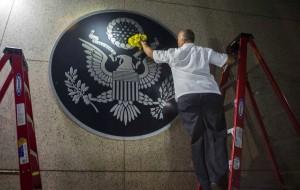Un trabajador limpia una representación del El Gran Sello de los Estados Unidos en la embajada estadounidense de reciente apertura en La Habana, Cuba, Viernes, 14 de agosto de 2015. (AP / Ramón Espinosa)