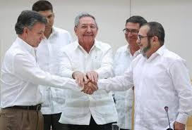 """La foto es elocuente: el presidente de Colombia Juan Manuel Santos le da la mano al máximo comandante de las Fuerzas Armadas Revolucionarias de Colombia (FARC), Rodrigo Londoño Echeverri, alias """"Timochenko"""". Fue tomada este miércoles en La Habana, bajo la mirada auspiciosa del presidente cubano Raúl Castro."""
