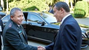 El Jefe del Estado Mayor del Ejército de Israel, Gadi Eisenkot (Izquierda) saluda a su par ruso Valery Grasimov en Moscú (Derecha).