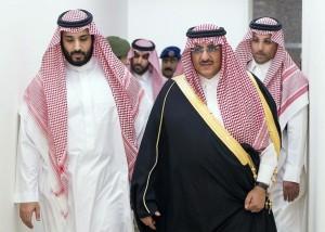 """el régimen saudí está bajo presión económica severa por los precios del petróleo. La gobernante Casa de Saud, dirigida por el recién entronizado rey Salman, está siendo criticada abiertamente por los príncipes entre sus propias filas. La estrategia controvertida de bombeo a niveles récord cerca de 10,5 millones de bpd, a pesar del debilitamiento del fundamento de la demanda, está amenazando con romper a la familia real saudí. Foto: El ministro de Defensa Mohammed bin Salman (izquierda) y el nuevo heredero del tronoArabia's King Salman on April 29, 2015 named his powerful interior minister, Prince Mohammed bin Nayef (R), as heir in a major shakeup that also saw King Salman's son, Prince Mohammed bin Salman (L), who is in his early 30s, be named deputy crown prince. Prince Salman retains his position of defence minister, in which he has recently played a key role in a Saudi-led coalition conducting air strikes on Yemeni rebels.  AFP PHOTO/SPA/HO  == RESTRICTED TO EDITORIAL USE - MANDATORY CREDIT """"AFP PHOTO/SPA/HO"""" - NO MARKETING NO ADVERTISING CAMPAIGNS - DISTRIBUTED AS A SERVICE TO CLIENTS ==="""