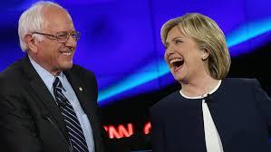 """""""Me encanta Dinamarca"""", Pero """"No somos Dinamarca"""". No, de ninguna manera. Dinamarca tiene una carga impositiva sobre sus ciudadanos ligeramente mayor que Estados Unidos. Pero también tiene excedente presupuestal, seguro médico universal, jornadas de trabajo más cortas y recientemente fue calificado por la revista Forbes como el mejor país del mundo para hacer negocios"""" dijo Hillary Clinton durante el debate. Podemos agradecerle al senador Bernie Sanders, autoproclamado socialista democrático, por este saludable debate. Donald Trump lo llamó """"comunista"""". En su mejor aspecto, el socialismo puede organizar ejércitos, manejar un sistema de seguro médico y proporcionar educación de calidad a quienes de otro modo no podrían pagársela. Las bibliotecas y los departamentos de bomberos son instituciones socialistas. Lo mismo es el sistema de carreteras interestatales creado durante la presidencia de Dwight Eisenhower. Igualmente lo es la empresa cultural más popular del país, la Liga Nacional de Fútbol, que reparte los millones de dólares generados por la venta de los derechos de trasmisión entre equipos ganadores y perdedores por igual. En su peor aspecto, el socialismo es sombrío y sofocante, un callejón sin salida para la creatividad. Foto: Bernie Sanders y Hillary Clinton. Foto: Bernie Sanders y Hillary Clinton. Cortesía de ReadleGetty Images"""