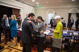 Cohen, en las circunstancias más difíciles, mantenía un canal de diálogo con el subsecretario de Estado Wendy Sherman, quien encabezó el equipo estadounidense de negociaciones con Irán y con Susan Rice, Asesora de seguridad nacional de la Casa Blanca. Foto: Susan Rice (derecha) saluda Asesor de Seguridad Nacional israelí Yossi Cohen antes de una reunión en la Casa Blanca sobre la cooperación de Irán el 30 de octubre de 2014. (Foto: Casa Blanca / Chuck Kennedy)