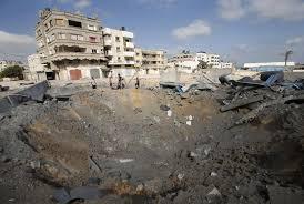 """cuatro misiles de largo alcance fueron disparados por dos """"aviones de guerra israelíes"""" que parecían apuntar a la construcción residencial. Sobre la base de material de archivo transmitido por Al-Manar, el edificio de varios pisos aparece completamente destruida.Por otra parte, se dice que al menos otro alto comandante de Hezbollah, Farhan al-Shaalan, murió en el ataque."""