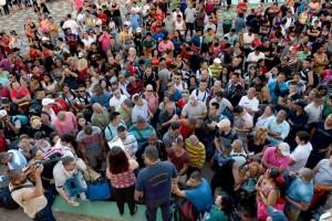 """""""...Muchos jóvenes, por motivos económicos, tuvieron que emigrar. Se esta perdiendo su intelectualidad y los recursos invertidos en su calificación. Por otra parte, se trata de jóvenes en edad fértil, se van para Estados Unidos, España, Italia, y (sus hijos) nacen españoles, italianos. Se está teniendo una regresión también en crecimiento demográfico..."""" Alexander Paunov, Secretario General del Partido Comunista Búlgaro.Un nutrido grupo de migrantes cubanos alojados en un campamento de La Cruz, en la frontera norte de Costa Rica, se concentra para escuchar las instrucciones ..."""