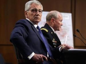 Protegido hasta que el secretario de Defensa Chuck Hagel (en primer plano en la foto) presentó su propia dimisión, el general Martin Dempsey (en segundo plano) organizó la rebelión de los generales del Estado Mayor Conjunto ante las contradicciones de la Casa Blanca.