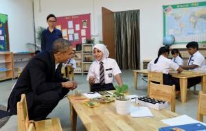 Obama visita un centro de refugiados en Kuala Lumpur en una gira por el sudeste asiático el pasado otoño. Él ve la región como más integral para el futuro de América que el Oriente Medio. (Susan Walsh / AP)