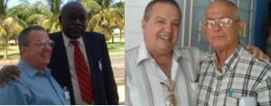 El Dr. José R. Alfonso y Víctor E. Dreke Cruz, Coronel (r) de las Fuerzas Armadas Revolucionarias (FAR) de la Republica de Cuba, ex Embajador Extraordinario y Plenipotenciario de ese país ante el gobierno de la Republica de Guinea Ecuatorial. A la derechael Dr. Alfonso junto al Reverendo Raúl Suárez , ex Presidente del Concilio Ecuménico de Iglesias Evangélicas de Cuba. Foto: Cortesía de CODIGOABIERTO360.