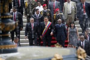 Leamsy Salazar fue uno de los colaboradores más cercanos de Chávez durante casi siete años. Edecán y asistente de Chávez, que en algunos momentos le llevaba café y comida, estaba a su lado, viajaba con él por todo el mundo y estaba encargado de protegerlo durante los actos públicos. Era un miembro clave del primer anillo de seguridad de Chávez, con acceso privado a Chávez y conocimiento privilegiado y altamente confidencial sobre sus andanzas, rutina y actividades privadas.Después del fallecimiento de Chávez, en marzo 2013, fue transferido al equipo de seguridad de Diosdado Cabello. Foto: Leamsy Salazar detrás de ambos lideres venezolanos.