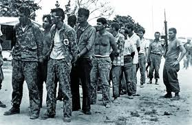 """Como la historia recoge la Brigada 2506 fue derrotada en menos de 72 horas, por las Fuerzas Armadas Revolucionarias (FAR) y las Milicias Nacionales Revolucionarias de  Cuba. 104 invasores murieron y 1.200 fueron capturaron ocupándose una  importante cantidad de  material bélico. Fue """"la paliza de nuestras vidas"""", diría un  abatido Kennedy mientras se preguntaba en voz alta por qué nadie le había disuadido de ello."""