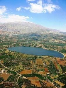 El Golán es rico en agua, un bien especialmente escaso y valioso en Oriente Medio. La zona posee acuíferos cruciales para el mantenimiento y desarrollo de la población en la región.