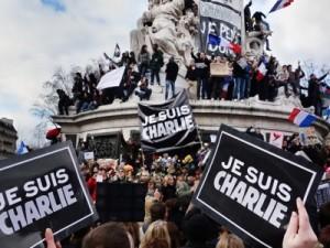 """En enero de 2015, a raíz del asesinato de los dibujantes de """"Charlie-Hebdo"""", Joachim Roncin, un administrador de Reporteros Sin Fronteras, lanza el eslogan «Je suis Charlie» (Yo soy Charlie), que fue retomado de inmediato como medio de disolver la individualidad de cada cual en la multitud anónima. Esta consigna ha sido modificada después, cada vez que ocurre algún tipo de atentado, como en el «Je suis Bruxelles» difundido después de los atentados que enlutaron Bruselas en marzo de 2016. Las personas que rechazan ese tipo de eslogan se ven acusadas de «conspiracionismo»."""