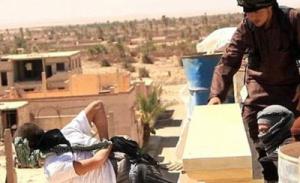 En septiembre de 2015, el Emirato Islámico ejecuta a personas acusadas de homosexualidad en Hreitan (Alepo) arrojándolas de los techos. Una de las víctimas tenía 15 años.