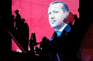 seguidores turcos en silueta contra una pantalla que muestra el presidente Tayyip Erdogan durante una manifestación a favor del gobierno en Ankara, Turquía, 17 de julio de 2016. REUTERS / Baz Ratner.