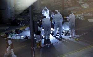 epa05396932 investigadores de la escena del crimen trabajan al lado de un cuerpo después de un ataque suicida con bomba en el aeropuerto de Ataturk en Estambul, Turquía, el 28 de junio de 2016. Al menos 10 personas murieron y decenas resultaron heridas en dos explosiones separadas que golpean el aeropuerto de Ataturk. EPA / SEDAT SUNA