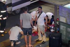 servicios de rescate turcos ayudan a una persona herida fuera del aeropuerto de Ataturk en Estambul, martes, 28 de junio de 2016. Dos explosiones han sacudido el aeropuerto Ataturk de Estambul, matando a varias personas e hiriendo a otros, dijo el martes el ministro de Justicia de Turquía y otro funcionario. Un funcionario turco dice que dos atacantes han hecho estallar en el aeropuerto después la policía disparó contra ellos. El funcionario dijo que los atacantes detonaron los explosivos en la entrada de la terminal internacional antes de entrar en el control de seguridad de rayos x. (Ismail Coskun, a través de la IHA AP) pavo