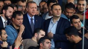 Erdogan está en pie de guerra. Él cree que tiene carta blanca para atacar enemigos en casa y tal vez también en el extranjero. Turquía ya tiene el alta proporción per cápita de los periodistas encarcelados. Esperan prisiones a ser más lleno de gente. El peligro es que la sociedad turca sigue dividida. Erdogan nunca ha ganado más del 50% de los votos.