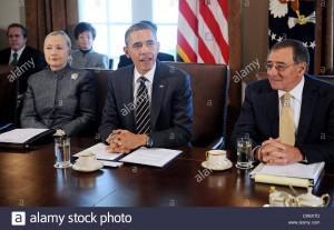 """""""El presidente ha tomado algunas decisiones difíciles"""", dice Leon Panetta, que fue secretario de Defensa de Obama después de Bob Gates y director de la CIA antes de David Petraeus. """"Pero su historial no ha sido consistente, y lo que nos preocupa es que el presidente defina cuál es el papel de Estados Unidos en el mundo en el siglo XXI, lo que no ha ocurrido. """"Con suerte, lo hará"""", añadió, reconociendo el tiempo que Obama ha dejado. """"Sin duda, ella lo haría""""."""