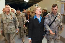 Clinton en una gira por un cuartel del ejército estadounidense en Bagdad, en 2003, cuando aún era senadora con menor antigüedad de Nueva York y miembro del Comité de los Servicios Armados del Senado. Credit Dusan Vranic/AFP/Getty Images