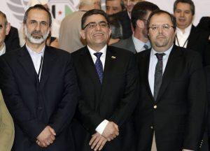 SDT02 ESTAMBUL (TURQUÍA) 19/03/2013.- El primer primer ministro del Gobierno sirio elegido anoche por la opositora Coalición Nacional Siria (CNFROS), Gasan Hito (centro), posa junto al líder de la CNFROS Muaz al Jatib (izda), y el secretario general de la coalición Mustafa Sabbagh tras ofrecer una rueda de prensa en Estambul (Turquía) hoy, martes 19 de marzo de 2013. Gasan Hito, elegido anoche como primer ministro del Gobierno de la oposición siria en el exterior, destacó hoy en Estambul que su principal objetivo es derrocar al régimen de Bachar al Asad, al que acusó de haber usado armas químicas contra su población. EFE/ Sedat Suna