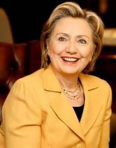 """Las elites no son estúpidas, si bien son arrogantes, no """"sabias"""" saben cómo preparar el juego político y conocen cómo montar las trampas para obtener lo que quieren cuando se trata de política y cómo fabricar el consentimiento del público. Lo han estado haciendo hace mucho tiempo. Lo tienen dominado. Por ello es bastante absurdo que las elites elijan a un candidato como Hillary Clinton —rodeada de demasiados escándalos y corrupciones demasiado evidentes. Desde los escándalos sexuales de Bill Clinton, a sus mentiras sobre el ataque de Benghazi, pasando por su desenfrenada manipulación de documentos clasificados como jefe del Departamento de Estado, por no mencionar los escandalosos pagos de la Fundación Clinton."""