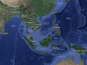 El primer sector abarcaría el acceso al Mar de China Septentrional desde el Océano Índico, con los puntos de paso obligado a través del Estrechos de Malaca y del Estrecho de la Sonda. Aquí tendría el papel clave Singapur, que controla el Estrecho de Malaca –principal vía de aprovisionamiento de China con petróleo proveniente de los países del Golfo. En Singapur, Estados Unidos utiliza la base naval de Sembawang y la base aérea de Paya Lebar.