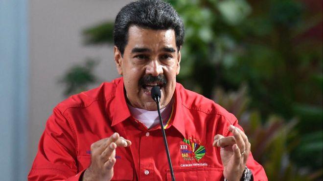 Codigoabierto360.com. Existe reglas básicas, e históricas, en realpolitik que señalan  el que cuando un grupo de poder a través de cualesquiera de los  medios existentes se  hace de este se cumple: Primero EL PODER NO SE ENTREGA. Segundo, en la historia de la humanidad NINGÚN PUEBLO SE HA REBELADO POR HAMBRE. Tercero:  el uso de los alimentos y el hambre forman parte de su arsenal político. Si bien el gobierno de Maduro cuenta con pocos aliados internacionales la experiencia muestra que los Embargos favorecen, regularmente, a estos grupos una vez INSTALADOS EN EL PODER.  Derechos de autor de la imagen GETTY IMAGES